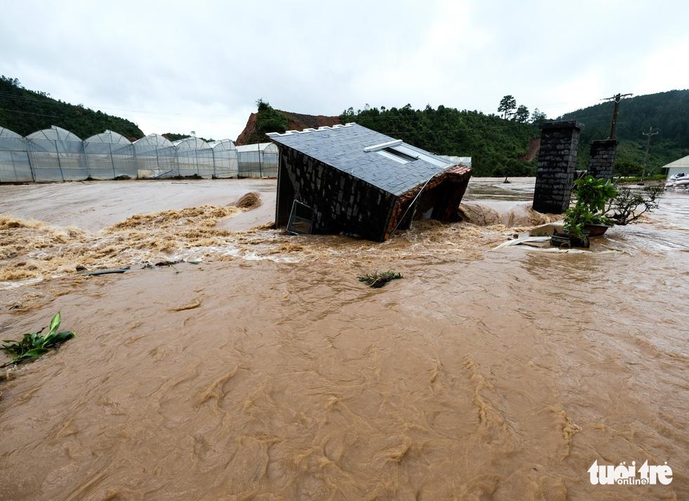 Một căn nhà bị nước lũ cuốn. (Ảnh qua tuoitre)
