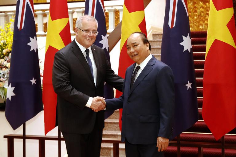 Thủ tướng Australia Scott Morrison và Thủ tướng Nguyễn Xuân Phúc bắt tay tại Phủ Chủ tịch ở Hà Nội hôm 23/8/2019. (Ảnh qua seattletimes)