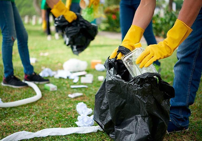 Người vô gia cư được trả lương để làm các việc như thu gom rác, dọn cỏ và các công việc dọn dẹp khác. (Ảnh qua Epoch Times)