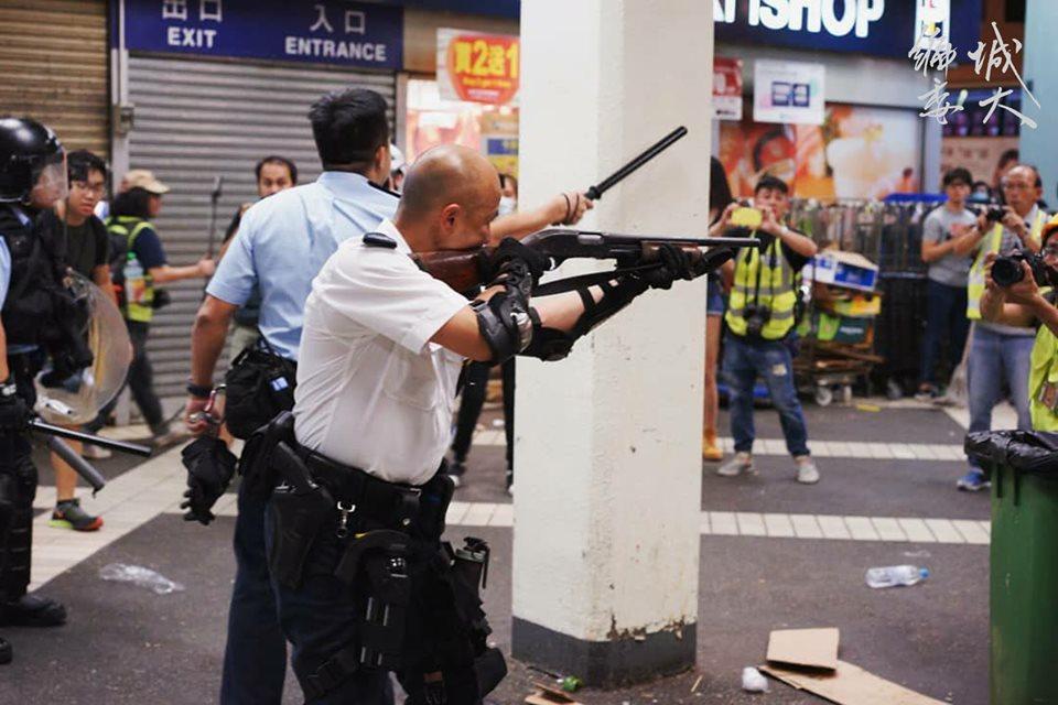 Cảnh sát Hong Kong phạm lỗi nghiêm trọng khi chĩa súng vào mặt người biểu tình. (Ảnh: Facebook)