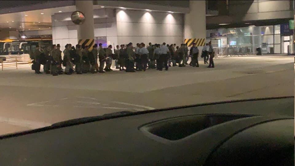 Hình ảnh cảnh sát từ Trung Quốc đổ bộ sang Hong Kong tối 12/8. (Ảnh: Facebook)