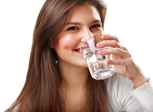 Uống thật nhiều nước: để tiểu nhiều, như vậy, sỏi sẽ ít có nguy cơ tái phát. (Ảnh qua tienphong)
