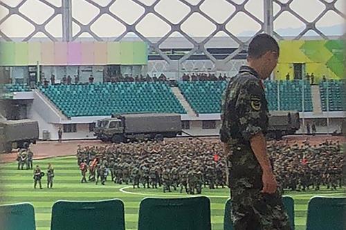 Lực lượng Cảnh sát Vũ trang Nhân dân Trung Quốc (PAP) diễu hành tại sân vận động Vịnh Thâm Quyến, tỉnh Quảng Đông.
