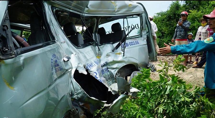 Tàu hỏa tông xe 16 chỗ ở Bình Thuận khiến 3 người tử vong.