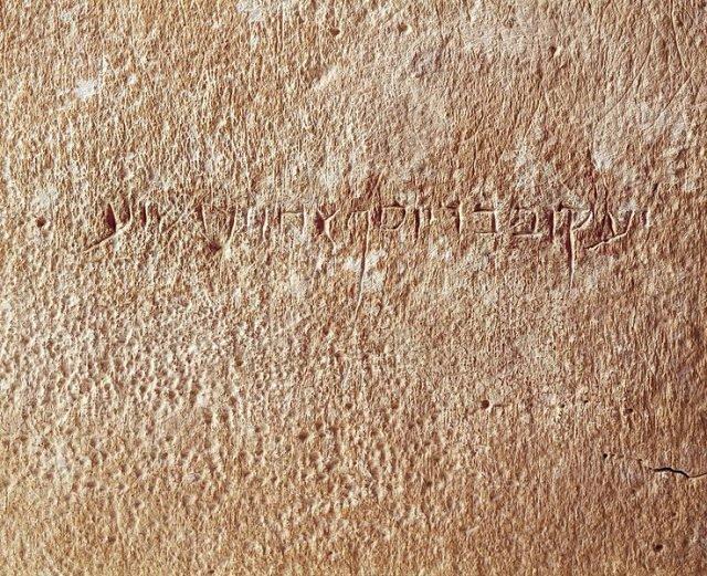 """Hình cận cảnh của dòng chữ khắc: """"Ya'akov bar Yosef akhui di Yeshua"""" (James, con trai của Joseph, Anh em của Jesus). (Ảnh qua The Vintage News)"""