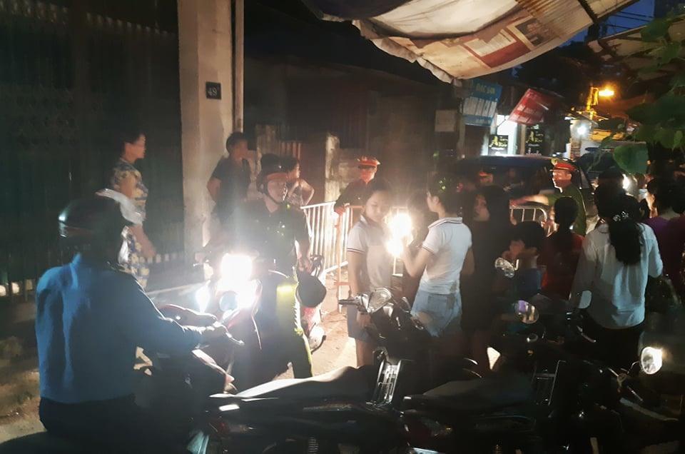 Xe cảnh sát đến trước nhà bà Nguyễn Bích Quy tối 27/8.