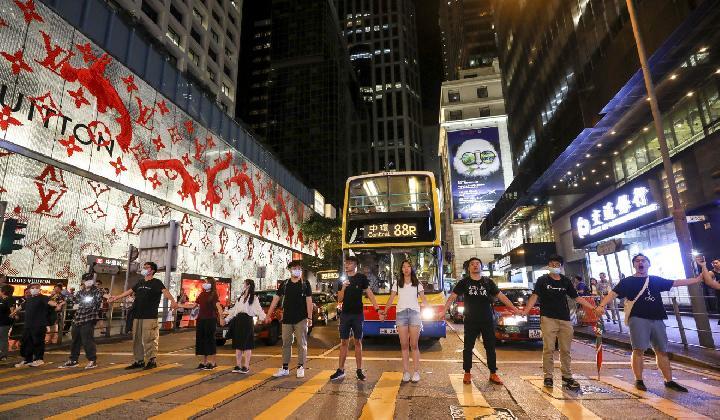 Chuỗi người biểu tình tại khu trung tâm Hong Kong tối 23/8. Ảnh: SCMP.
