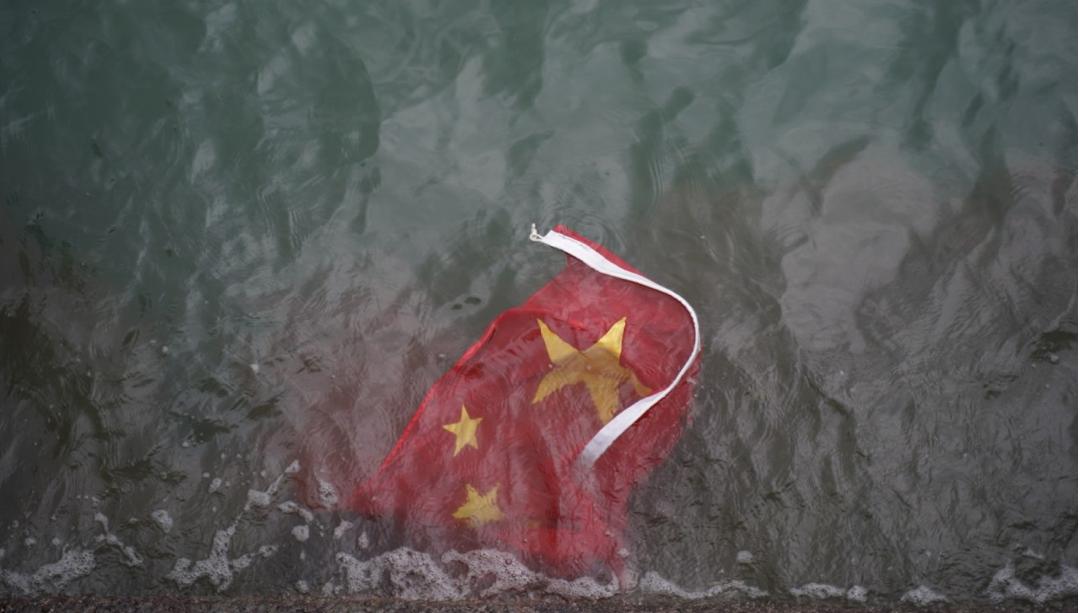 Lá quốc kỳ Trung Quốc bị người biểu tình quá khích ném xuống biển ngày 3/8/2019 (Ảnh: Huanqiu)