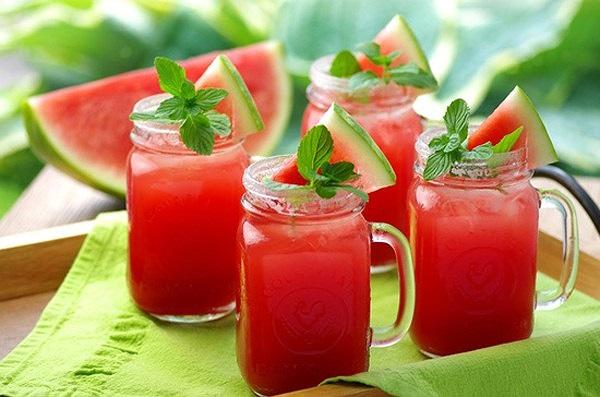 Ăn hoặc uống nước ép dưa hấu mỗi ngày, vỏ có thể phơi khô thái nhỏ nấu uống như trà cũng là một cách chữa trị bệnh sỏi thận. (Ảnh qua tienphong)
