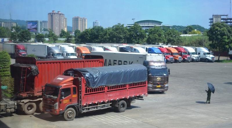 Xe chở thanh long vẫn tấp nập xuất qua cửa khẩu Lào Cai mỗi ngày.