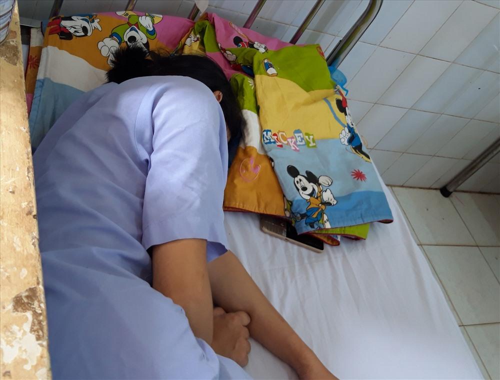 Chị Yến đã qua cơn nguy kịch nhưng sức khỏe còn rất yếu. (Ảnh qua laodong)