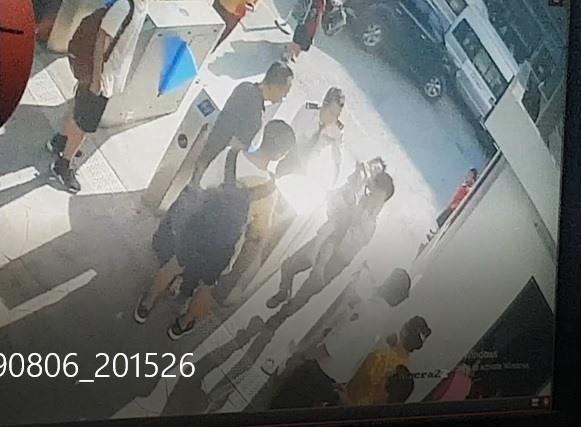 """""""Trích xuất hình ảnh từ camera an ninh cho thấy khi được bế từ xe vào, người cháu đã cứng rồi"""". (Ảnh qua laodong)"""