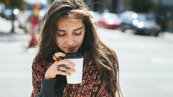 Khi giao tiếp với phụ nữ, không nên chỉ để tâm đến việc giảng giải đạo lý, điều quan trọng cần chú ý hơn đó chính là cảm xúc của cô ấy.