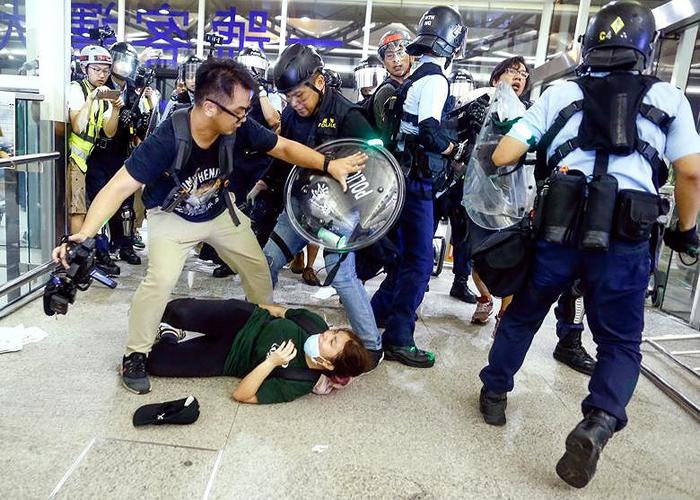 Người biểu tình Hồng Kông bị cảnh sát trấn áp tại Sân bay Quốc tế Hồng Kông.