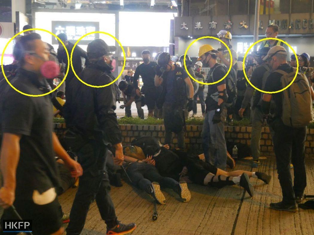 Những người bị nghi là cảnh sát giả dạng người biểu tình để trợ giúp cảnh sát. (Ảnh: HKFP).