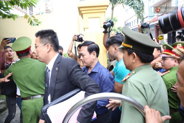 Ông Nguyễn Hữu Linh xuất hiện tại toà án cùng luật sư
