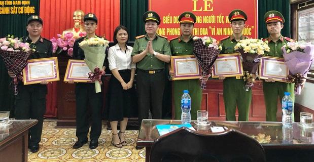 5 cảnh sát đã cứu cháu bé trên SVĐ Thiên Trường cùng mẹ cháu bé.