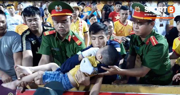 Anh Trần Quang Đạt đưa cháu bé xuống trong tư thế giữ tay vào miệng rồi hướng dẫn cho người người CSCĐ nói trên làm theo khi đưa bé ra ngoài.