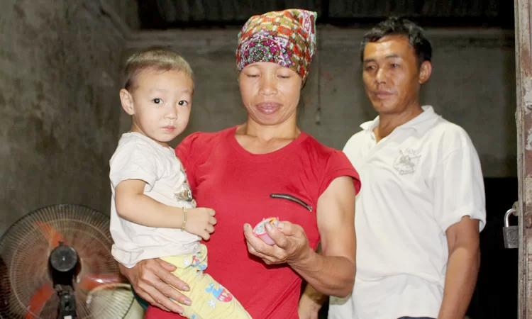 Cậu út ( 2 tuổi) ra đời khi vợ chồng chị Nhàn anh Thụ đã về Việt Nam đoàn tụ với nhà ngoại. Ảnh: