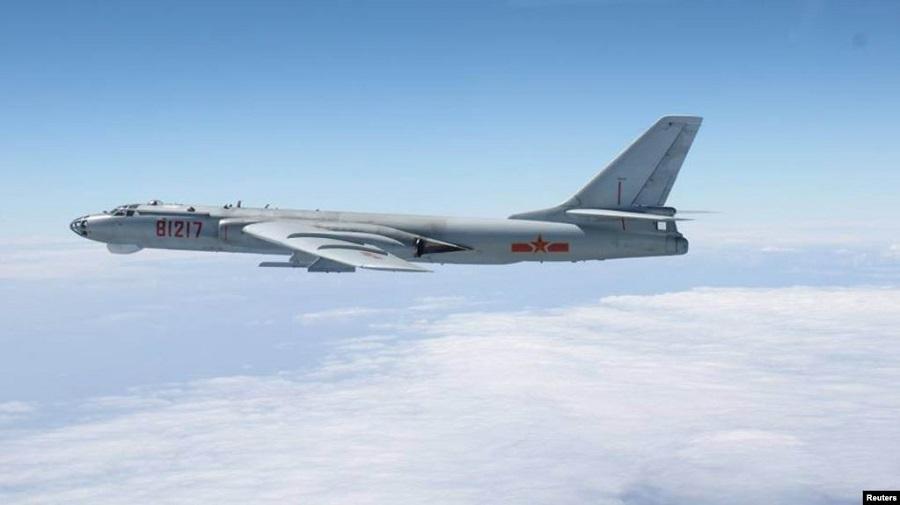 Máy bay ném bom H-6 của Trung Quốc trên một vùng biển tranh chấp. (Ảnh qua VOA)