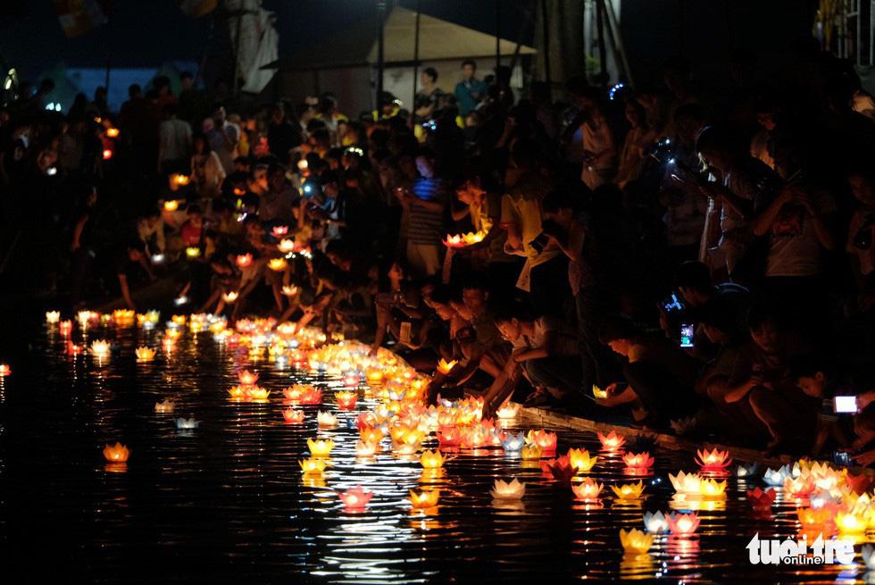Các Phật tử thả hoa đăng xuống hồ Tam Chúc trong đêm 13-5 nhân dịp Đại lễ Phật Đản 2019 được tổ chức tại đây