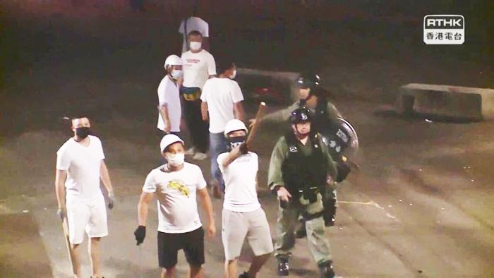 Người dân Hồng Kông đã chụp được ảnh cảnh sát và nhóm người mặc áo trắng từng đánh đập người biểu tình đi cùng với nhau.