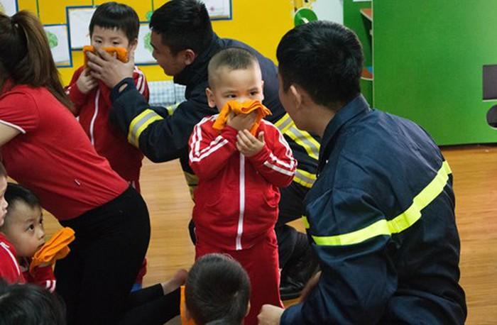 Dạy trẻ kỹ năng thoát hiểm bằng cách dùng khăn ướt bịt mặt để tránh ngộp khói.