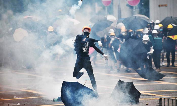 Căng thẳng leo thang tại Hồng Kông, người biểu tình ném hơi cay trở lại phía cảnh sát trong một cuộc biểu tình ở quận Yuen Long ngày 27/7.