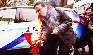 Cờ đỏ Trung Quốc bị ném xuống biển, thầy phong thủy tiết lộ bí mật kinh người
