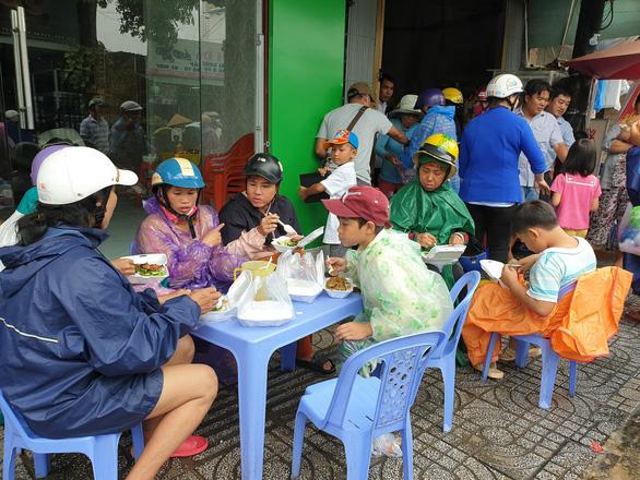 Nhiều bà con bán vé số ngồi ăn luôn tại quán, các bạn trẻ phải kê bàn để mọi người ăn được thoải mái
