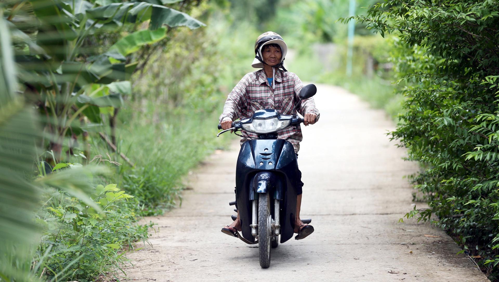 hàng ngày, bà phải chạy xe gắn máy hàng cây số từ điểm này qua điểm khác để dạy bơi cho học trò mà không lấy một đồng.
