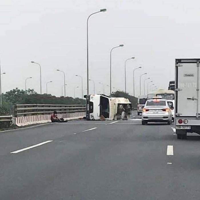 Xe tải chở xăng bị lật
