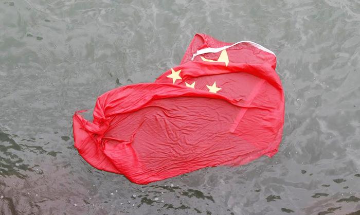 Đốt lá cờ máu dưới ánh mặt trời, mới có thể xua tan tà khí, tiêu trừ tai họa.