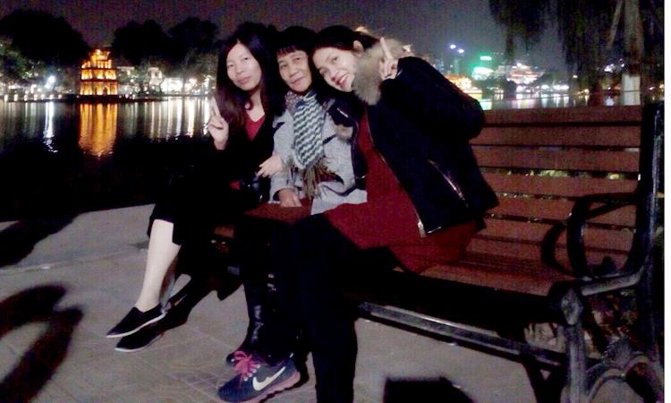 Phượng (trái) và Hoa đón mẹ (giữa) lên nhà mình ở Hà Nội chơi, đưa bà đi thăm quan thủ đô, trước khi mẹ về Trung Quốc. (