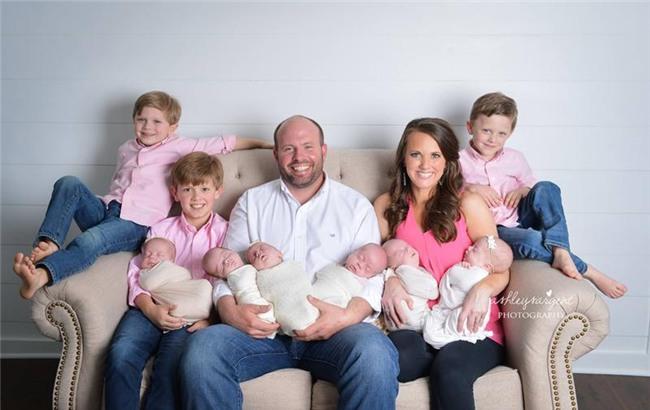 Như vậy, Courtney hiện đang là mẹ của 9 bé con đáng yêu với chỉ 3 lần sinh nở.