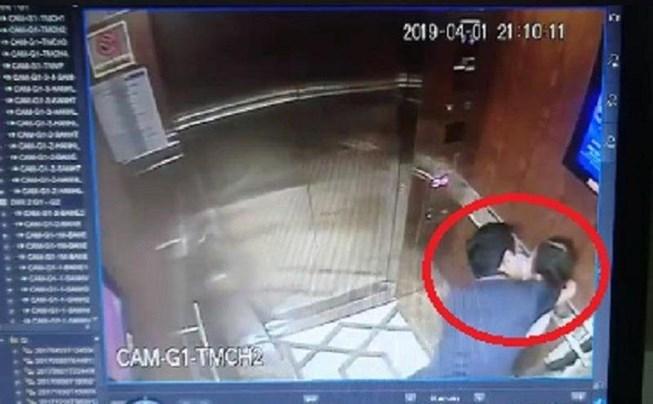 Hình ảnh trích xuất từ camera. Ông Linh đang ôm hôn cháu bé.