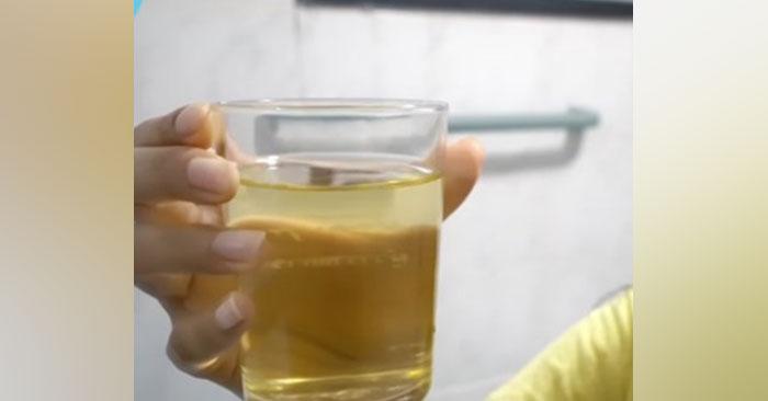 thầy giáo pha nước tiểu cho học sinh uống