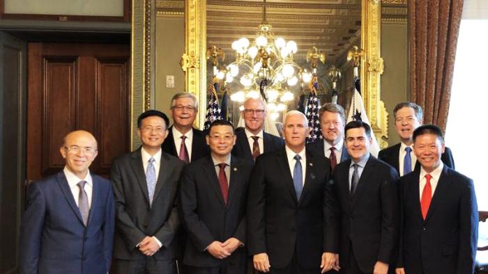 Phó Tổng thống Mike Pence chụp ảnh kỷ niệm cùng đại diện các nhóm tôn giáo bị bức tại tại Trung Quốc. (Ảnh: The Epoch Times)