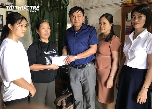Thầy Nguyễn Văn Phương và các cô giáo trong trường THPT Nghi Lộc 4 đến hỏi thăm và trao quà động viên em Ngọc tiếp tục theo học đại học.
