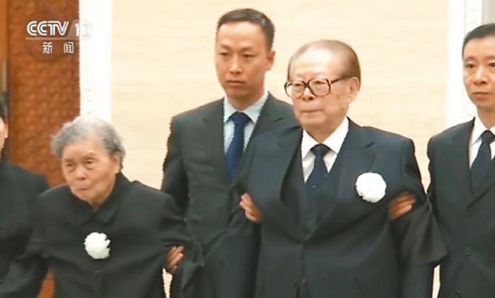 Cựu lãnh đạo ĐCSTQ Giang Trạch Dân, người được đồn đoán liệu có đến tham dự tang lễ hay không, đã được 2 người dìu vào tham dự.