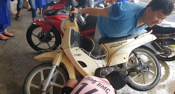 Bạn Nguyễn Huy (áo xanh) quyết định nghỉ chạy xe 1 ngày để hỗ trợ anh em sửa xe