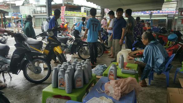 11h30 trưa 7-8 vẫn còn nhiều xe máy được người dân đem tới để thay nhớt và sửa chữa