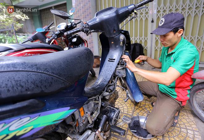 Anh Thọ, một chủ tiệm sửa xe nho nhỏ đã nảy ra ý định sẽ sửa xe miễn phí cho bà con.