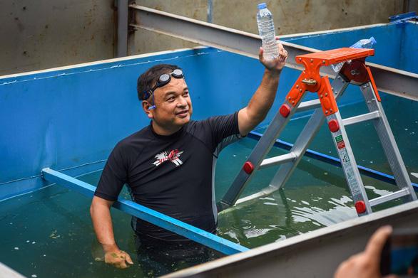 Ngoài ra ông còn mang thêm một chai nước lấy từ sông Tô Lịch đã tắm để đem so sánh với một chai nước suối thông thường
