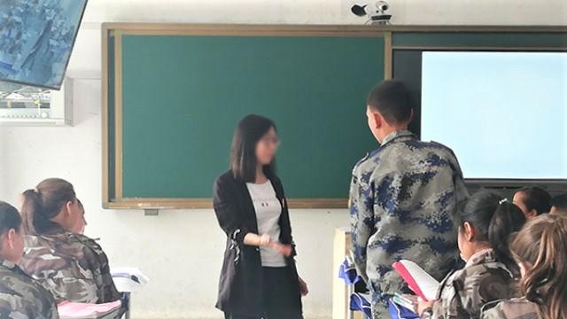 Một nữ giáo viên dạy học ở Tân Cương,. (Ảnh qua Bitter Winter)