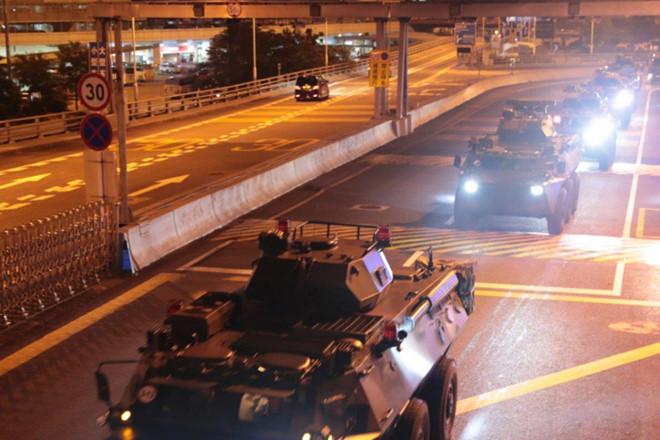 Xe thiết giáp của PLA tiến vào Hong Kong từ cửa ngõ nối với thành phố Hoàng Cương, tỉnh Hồ Bắc. (Ảnh: Tân Hoa xã)