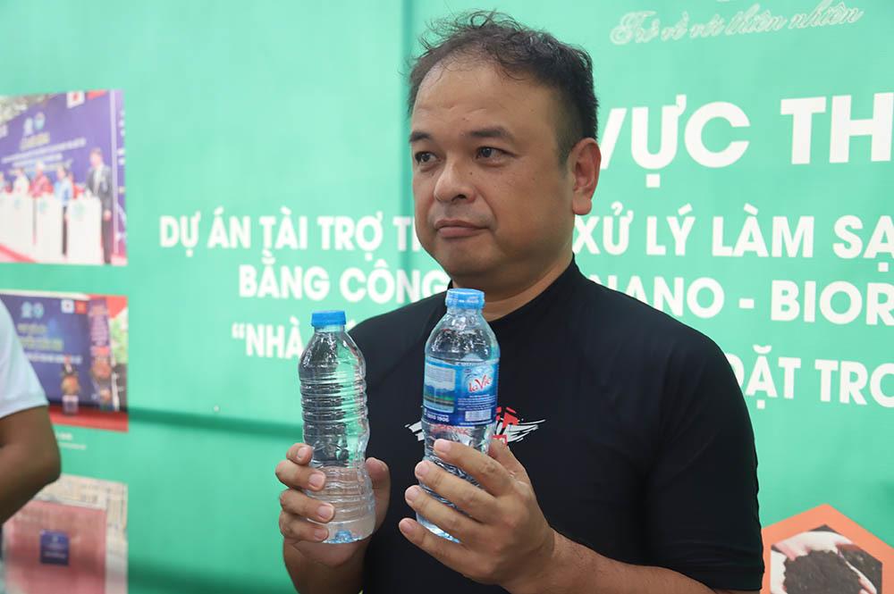 Hai chai nước không khác nhau mấy.