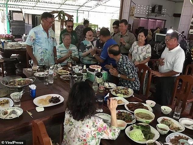 Mọi người đã từng ăn uống và trò chuyện với nhau rất vui vẻ.