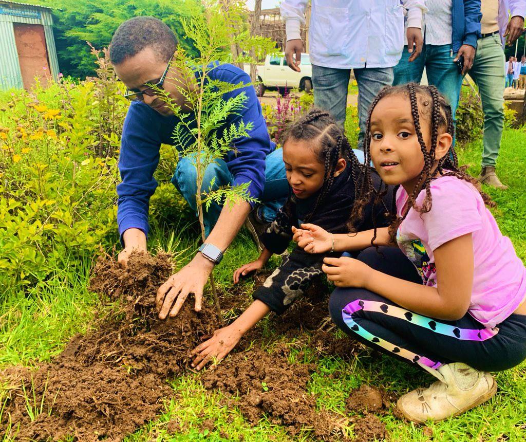 Trẻ em cũng hào hứng tham gia vào chiến dịch trồng cây đầy ý nghĩa này.