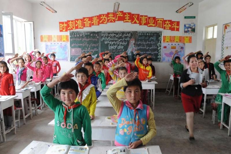 Chính quyền Trung Quốc đã thi hành cưỡng chế văn hóa người Hán lên những dân tộc thiểu số Hồi giáo và bỏ việc dạy ngôn ngữ Duy Ngô Nhĩ trong nhiều năm qua.(Ảnh: qua dawn.com)